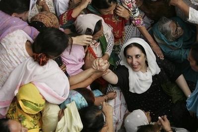 capte86f702351d246829c7c155b28094cbdpakistan_bhutto_blast_tok114.jpg